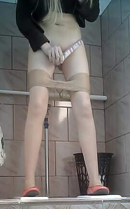 писающие девушки в туалете в техникуме видео