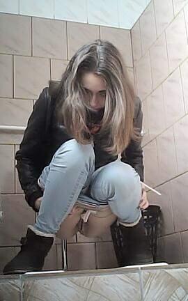 erotika-smotret-ohotniki-za-pisayushimi-v-tualetah-kolledzha-i-vuzov-samie-krasivie-zhenskie-golie-tela-video