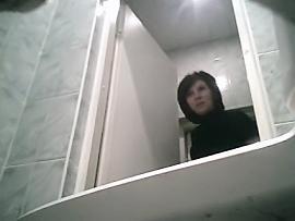 Подглядываем в женском туалете видео зашел