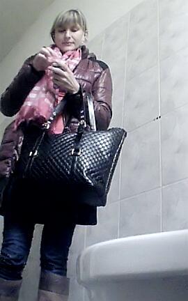 бизнес леди в туалете скрытая камера лежит