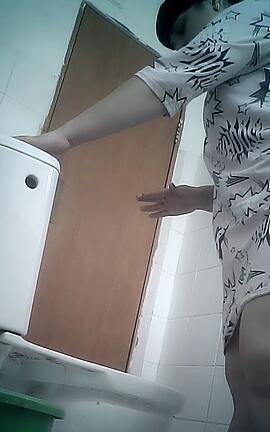 Зрелая баба в туалете своего